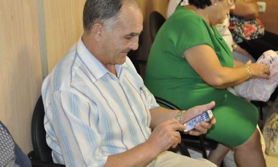 Unas 3.000 personas mayores aprenden  a dar utilidad a sus móviles inteligentes