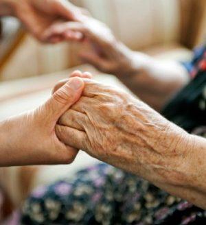 Los expertos destacan la importancia de los periodos de respiro familiar en verano para los cuidadores de personas dependientes