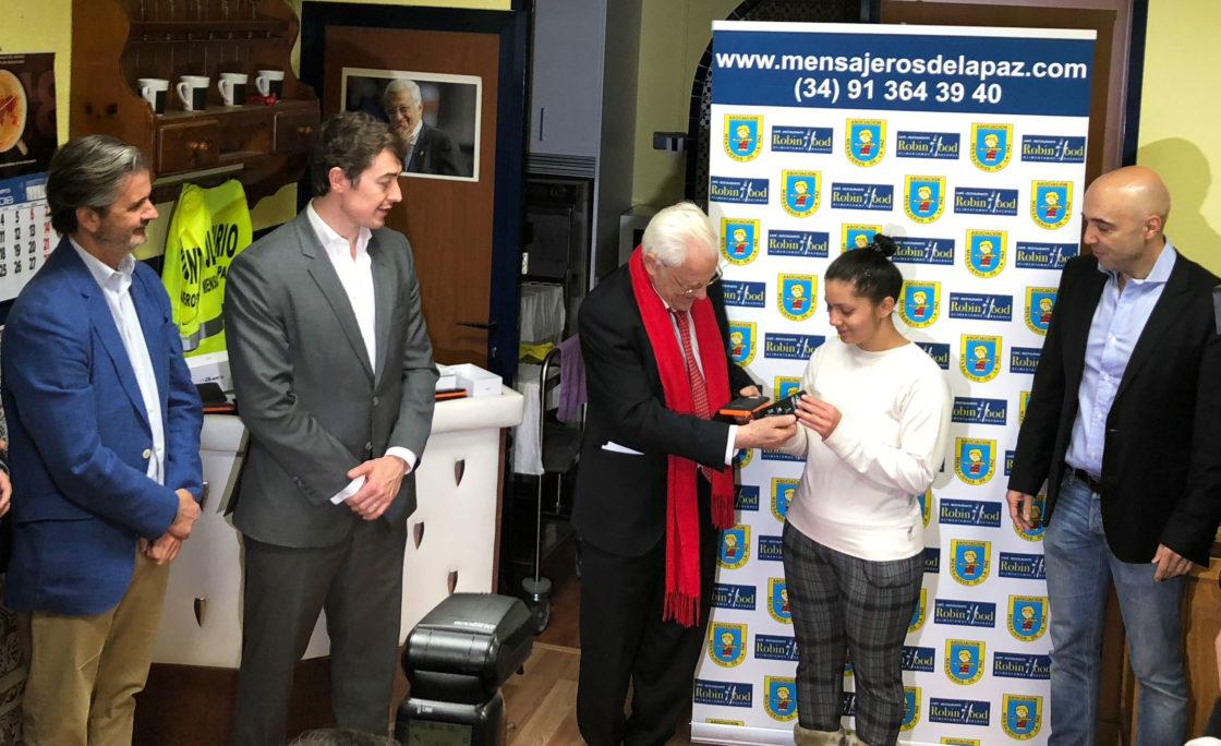 El padre Ángel entrega teléfonos móviles y baterías solares a personas sin recursos