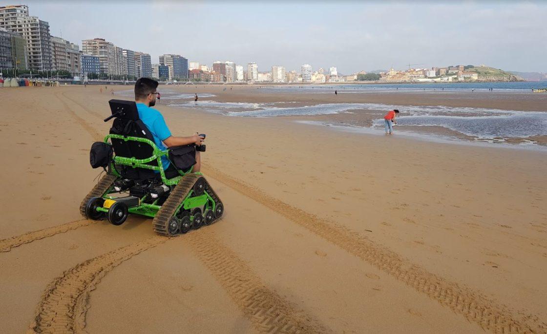 Sillas todoterreno en las playas de Gijón