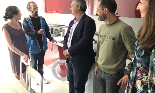 El gobierno de Asturias entrega dos pisos de inclusión social en Lugones