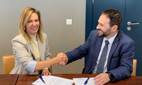 Amavir firma un acuerdo con Pensium para ofrecer a las familias un apoyo para  el pago de la residencia