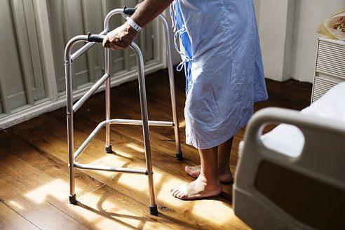 La Xunta reforzará el Servicio de Ayuda en el Hogar para atender a 2.100 personas mayores dependientes más