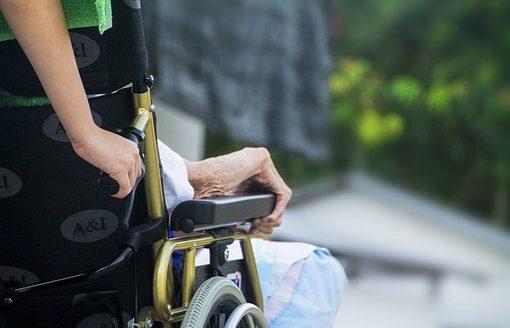 Expertos profesionales y representantes del tejido asociativo demandan un cambio en el modelo de cuidados de larga duración