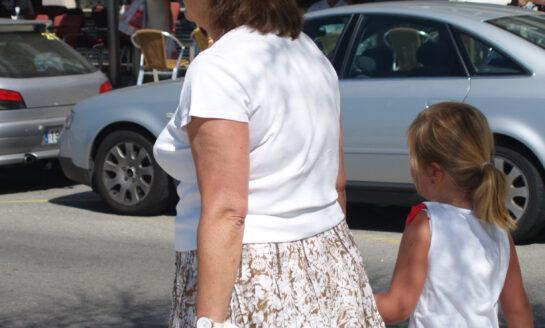 Ser abuelo en tiempos de coronavirus: un trabajo por el que se debería cobrar un sueldo de 2.964 euros