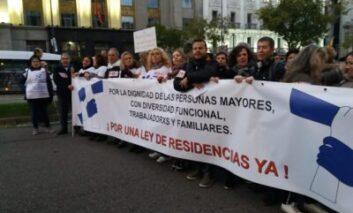 Colectivos en defensa de las residencias se concentran por toda España