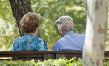 Más de cuatro de cada diez personas mayores ayudan económicamente a su familia o amistades, según el informe del  Barómetro MayoresUDP