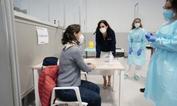 La Comunidad de Madrid comienza a vacunar a los mayores de 80 años en los centros de salud
