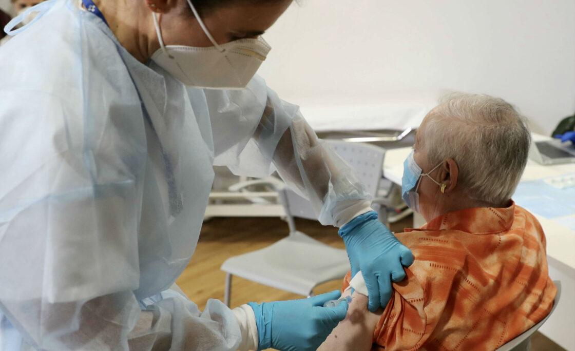 La vacunación contra la covid-19 evita más de 300 muertes en residencias en dos meses